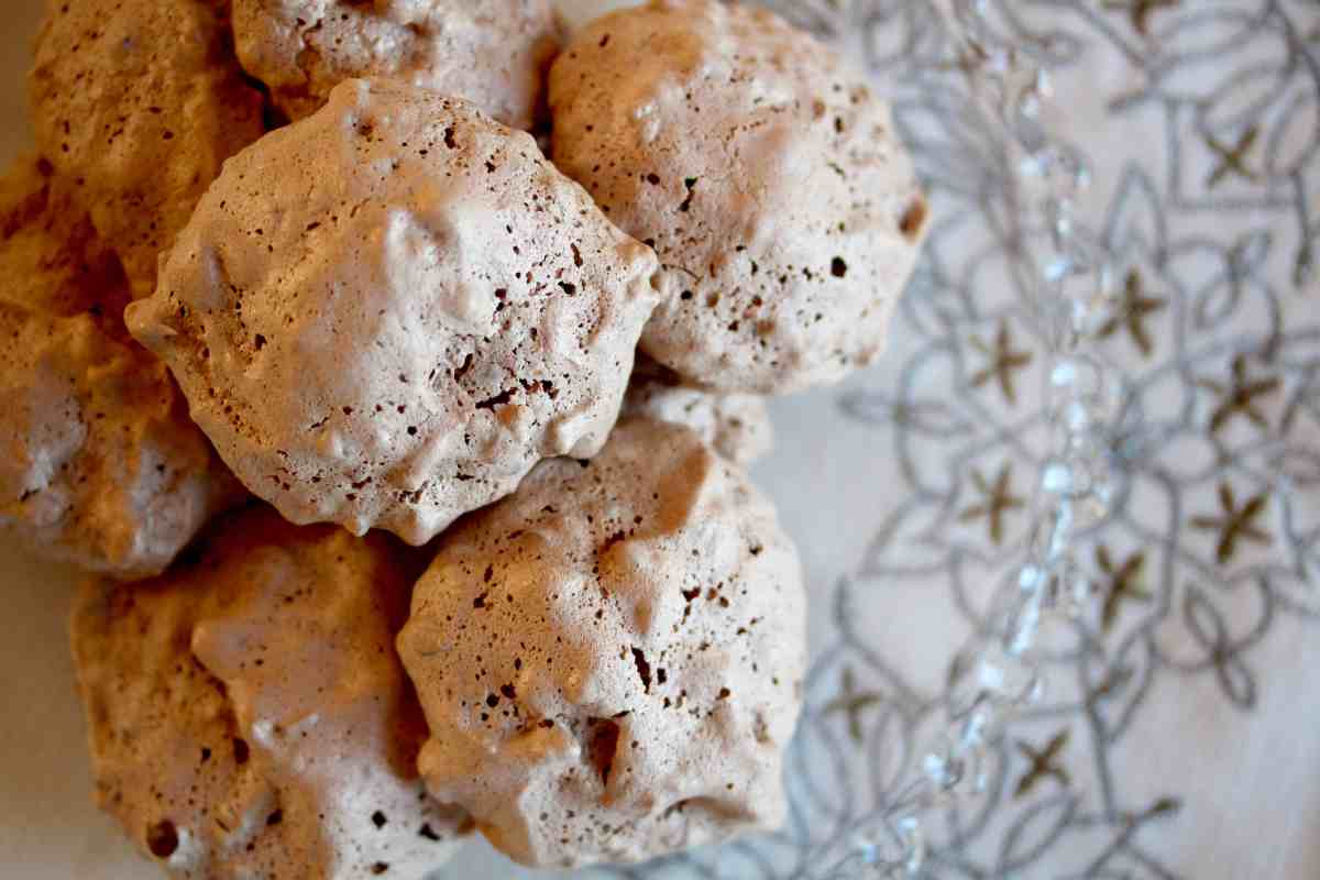 Baked Sunday Mornings: Brutti Ma Buoni (Italian Pistachio-Chocolate Chip Meringue Cookies)